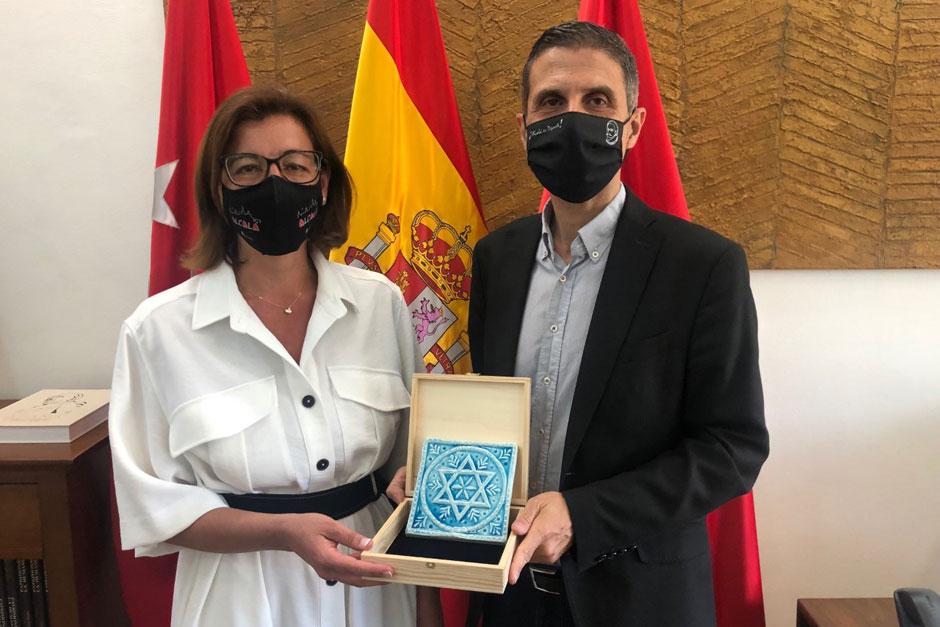María Aranguren, segunda teniente de alcalde y concejala de Cultura, y Javier Rodríguez Palacios, alcalde de Alcalá de Henares.